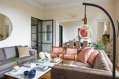 Living elegante con grandes sillones grises combinados con sillas livianas de madera con almohadones en pana rosa, y mesa de hierro con tapa de mármol Carrara. Couch, Mirror, Furniture, Home Decor, Moldings, Pink, Striped Rug, Gray Armchair, Pivot Doors