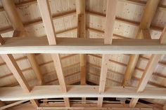 Budowa dachu to jeden z najważniejszych i zarazem najbardziej kosztownych elementów budowy domu pod klucz. Sama więźba i konstrukcja to duży wydatek.