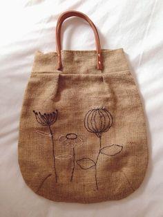 Las aventuras de Teresita The adventures of Teresita Burlap Bags, Jute Bags, Types Of Purses, Diy Bags Purses, Work Bags, Embroidered Bag, Linen Bag, Fabric Bags, Little Bag