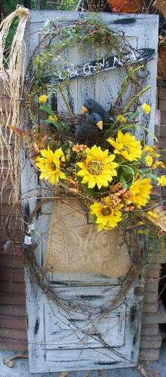 Small old door with burlap, fall, grapevine Thanksgiving Mesh Wreath, Fall Wreaths, Fall Swags, Diy Shutters, Fall Arrangements, Primitive Crafts, Diy Door, Summer Wreath, Wreaths For Front Door