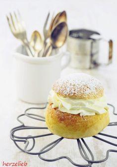 Semlor sind kleine Hefebrötchen, die mit einer Marzipan-Creme und Sahne gefüllt werden. Eine Spezialität aus Schweden. Ein leicht verständliches Rezept.