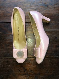 While Supplies Last 60S Andrew Geller Pink Pumps W Buttons & Bows, Mid-Century Mod Shoes, Pin-Up Leather High Heels, The M. O'neil Co Pumps, Size 8.5 #shoes #fashions Vintage High Heels, Vintage Shoes, Vintage Outfits, Mod Shoes, Shoes Names, Pink Pumps, Leather High Heels, Pin Up Style, Up Styles