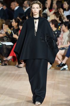 See all the Collection photos from Valentino Autumn/Winter 2015 Couture now on British Vogue Fashion Line, Fashion Details, Runway Fashion, Fashion Show, Fashion Design, Fashion 2015, High Fashion, Valentino Couture, Couture Looks