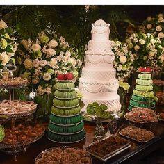 Nossas torres de macarons com @enroladoegranulado @gandalua @jessicavitoroficial !!! Agora a foto oficial! #maymacarons #macarons #torredemacarons #casamento #casamentonatiedani #mesasdecoradas