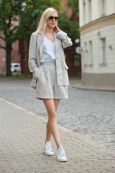 Beautiful linen suit for everyday or special occasions. Trendy Suits, Classic Suit, Linen Suit, Mode Streetwear, Fashion Photography Inspiration, Linen Jackets, Costume, Bermuda, Shorts