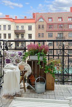 Quelle jolie vue et jolie déco sur ce balcon !