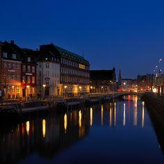 Qualunque somiglianza la Danimarca possa presentare con il resto del mondo scompare al tramonto, quando Copenaghen s'illumina...