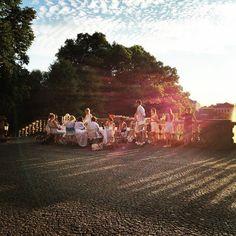 Kleines Dinner en blanc mit Blick über München und auf die untergehende Sonne  #sonne #weiss #dinner #picknick #dinnerenblanc #münchen #munich #muenchen #party #sunset #sonnenuntergang #feier #abendessen
