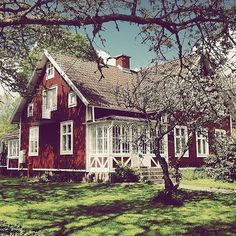 Very pretty red barn-type house. Red is my second favorite color for a house. White is my first favorite color. Red Cottage, Cozy Cottage, Exterior Paint, Exterior Design, Red Houses, Wooden Houses, Farm Houses, Swedish House, Swedish Cottage