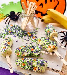 Chocolate and bananas go so well together, and some Halloween sprinkles make this fruit a treat! Chocolate Treats, Bananas, Sprinkles, Pop, Fruit, Vegetables, Halloween, Recipes, Chocolate Favors