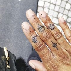 Tatoo by Violette Tannenbaum. Wrinkly hands and tattoos Mini Tattoos, Boho Tattoos, Body Art Tattoos, Small Tattoos, Piercings, Piercing Tattoo, Et Tattoo, Poke Tattoo, Finger Tattoo Designs