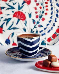 Zarif bir sunum, eşsiz bir lezzet… #selamlique #geleneksel #kahve #türkkahvesi #coffee #cafe #traditionalturkishcoffee #turkishcoffeetime #günaydın #goodmorning #kahvedelisiyim