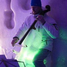 Lange Winterabende hat Tim Linhart von jeher am liebsten damit verbracht, Skulpturen aus Eis zu schnitzen. Irgendwann fing er an, Musikinstrumente aus dem empfindlichen Werkstoff zu formen, und siehe da: Die frostigen Versionen von Kontrabass, Violine und