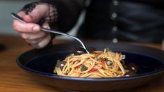 """Isadora prepara a receita do delicioso Spaghetti à Puttanesca que os meninos Baudelaire preparam ao terrível tio Count Olaf no filme """"Desventuras em Série""""."""