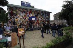 hotel hecho con basuras de la playa Basketball Court, Website, So Done, Beach