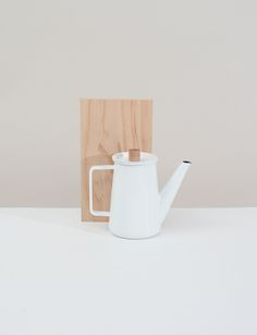 Kaico Coffee Pot Enamelware Coffee Pot with removable lid with wooden holder. Kitchenware, Tableware, Watering Can, Jewelry Gifts, Tea Pots, Canning, Coffee, Cool Stuff, Lifestyle