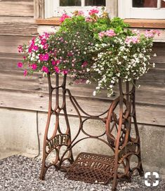Vintage Garden Decor Creative – Beste Gartendekoration - DIY Garden Home Vintage Gardening, Vintage Garden Decor, Diy Garden Furniture, Cast Iron Garden Furniture, Furniture Ideas, Furniture Nyc, Furniture Dolly, Painted Furniture, Antique Sewing Machines