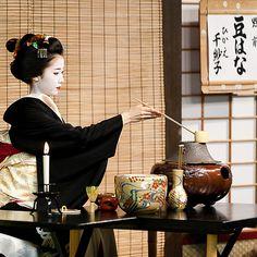 Japanese Tea Ceremony – Famous Last Words Buda Zen, Matcha, Japanese Tea Ceremony, Tea Ceremony Japan, Memoirs Of A Geisha, Traditional Japanese Art, Art Asiatique, Japanese Textiles, Tea Art