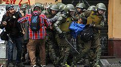 Estudiantes chocan con policías