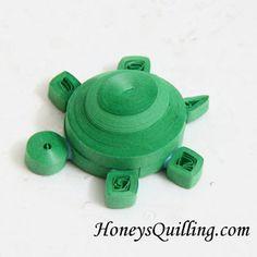 Aranyos teknős medál papírból fodorított szalag - ingyenes bemutató a Honey Quillin