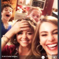 Modern Family Memes, Modern Family Tv Show, Sofia Vergara, American Comedy Series, Netflix, Comedy Tv Shows, Funny Disney Jokes, Sarah Hyland, It Movie Cast