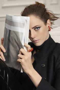 Bijoux Clash de Cartier en corail sur Kaya Scodelario