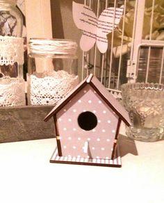 Casita de pajaro. Madera y papel scrap Birdhouse Ideas, Birdhouses, Ideas Para, Decoupage, Diys, Scrap, Diy Crafts, Candy, Outdoor Decor