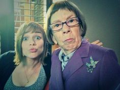 Renee Felice Smith (Nell) and Linda Hunt (Hetty) on set Ncis Los Angeles, Ncis New, American Series, She Movie, Scene Photo, Show Photos, Celebs, Celebrities, Movies Showing
