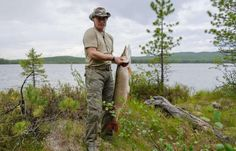 Vladimir Poutine pêche un brochet de 21 kilos lors d'un week-end en Sibérie