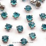 Strasssteine zum Annähen 4,5 mm Hellblau - diese funkelnden Strasssteine haben eine Metallfassung mit vier Löchern zum sicheren Annähen an Taschen, Kleidern oder auch zum Herstellen von Modeschmuck und mehr.Die Strasssteine sind aus Glas und funkeln herrlich. Größe: 4,5 mmInhalt: 20 Stück