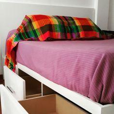 Cama de dos plazas y media con 6 cajones y respaldo. En melamina blanca de 18mm. Bed Pillows, Pillow Cases, Home, Storage, Drawers, Interior Design, Yurts, Trends, Pillows