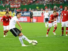 Mesut Özil nimmt Maß und verwandelt den Elfmeter locker zum 2:0 gegen Österreich. Doch nach dem Anschluss der Gastgeber geriet die DFB-Elf plötzlich ins Schwimmen, rettete den 2:1-Sieg im WM-Qualifikationsspiel aber noch über die Zeit. (Foto: Helmut Fohringer/dpa)