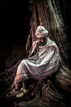 A christian pilgrim in prayer, Lalibela Beautiful Paintings, Beautiful Images, Respect The Elderly, History Of Ethiopia, Heaven Art, Reggae Style, Horn Of Africa, Church Pictures, Portraits