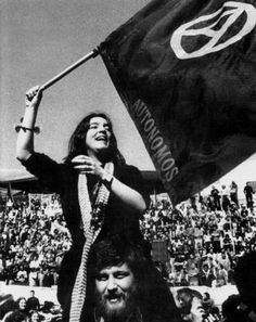 Auge del movimiento anarquista español. En la transición, la revolución se veía cerca (solidaridad, apoyo mútuo, autogestión obrera) y las barbas y melenas ondeaban al viento junto a la bandera negra con el símbolo de la A en un círculo.