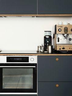 Reform – Inspiration: Vesterfælledvej in Vesterbro, Dänemark Apartment Kitchen, Kitchen Interior, Kitchen Design, Old Cabinets, Kitchen Cabinets, Brooklyn Kitchen, Berlin Apartment, Kitchen Post, Kitchen Ideas