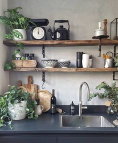 Rustic kitchen shelving with a touch of green Boho Kitchen, Rustic Kitchen, New Kitchen, Kitchen Dining, Kitchen Decor, Kitchen Ware, Kitchen Shelves, Open Shelves, Rustic Shelves