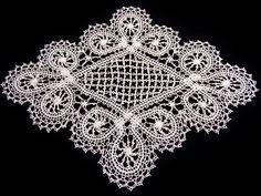リバイバルブックス レース編みのドイリー3から。 中世のお城の御姫様のドレッサーの前が似合う雰囲気のブリューゲルのドイリーです。 ブレードよりも中央のダブルピコットが編むのが大変でした。