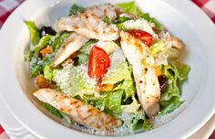 Salat mit Hühnchen, Tomaten und Oliven