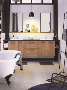 Dans une salle de bains de style indus, place à un meuble vasque en bois.