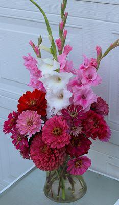 GLADIOLAS AND ZINNIAS IN ARRANGEMENTS Altar Flowers, Church Flower Arrangements, Beautiful Flower Arrangements, Floral Arrangements, Beautiful Flowers, Flower Bar, Flower Vases, Ikebana, Gladiolus Bouquet