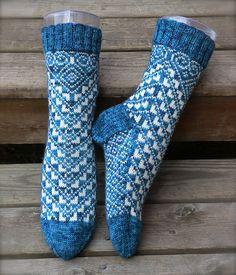 Man trenger ca 75 gram av bunnfarge og 45 av mønsterfargen. Awesome Socks, Cool Socks, Mitten Gloves, Mittens, Knitting Projects, Knitting Patterns, Canvas Handbags, Crochet Clothes, Knitting Socks