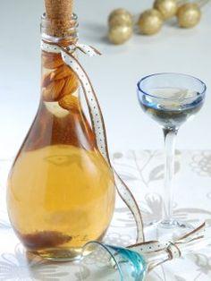 Amaretto casero ----- INGREDIENTES  Azúcar 350 g  Agua 400 cc  Vodka 400 cc  Esencia de almendras 2 cdas  Esencia de vainilla 2 cditas  Cognac 400 cc  Almendras c/n