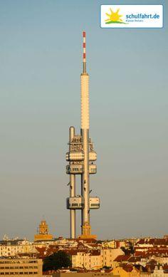 Könnt Ihr erkennen was an den Sülen des Prager Fernsehturms emporklettert? www.schulfahrt.de #Fernsehturm #Prag #Tschechien #Sonnenuntergang