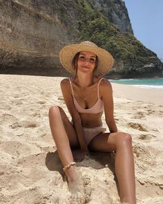 Beautiful Girl Beach Picture Summer Vibes Best Picture For Bikini poses For Your Taste Y Beach Photography Poses, Summer Photography, Canon Photography, Beach Girls, Beach Babe, Beach Look, Girl Beach Pictures, Beach Instagram Pictures, Vacation Pictures