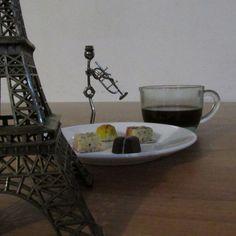 Y mientras la música suena y el dulce aroma del café envuelve el ambiente, viajo distancias hasta encontrarte en ese sitio donde una vez te perdí... #poetry  Así se pasan los minutos de un momento creativo, mientras la musa vuelve y la mente deja de hacerme jugarretas... #workaholic #coffee #music #jazz #paris #torreeifel #france #imagination #picture #foto #photo #fotografia #picoftheday #chocolatlover #chocolat #chocolate #cafe #bonbon #bombom