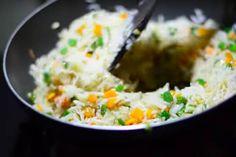 Rijst die smaakt alsof 'ie nét bij de Chinees vandaan komt! Vind je die rijst van de Chinees ook altijd zo lekker maar kun je er maar niet achter... Nasi Goreng, Asian Foods, Asian Recipes, Isagenix, Ea, Grains, Alice, Veggies, Pasta