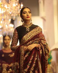 Image may contain: 2 people, people standing and closeup Pakistani Dresses, Indian Dresses, Indian Sarees, Indian Bridal Outfits, Bridal Dresses, Sari Blouse Designs, Saree Trends, Saree Look, Elegant Saree