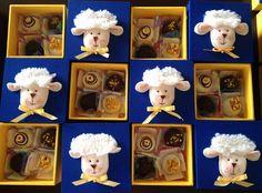 Um mimo especial para pessoas especiais!  Um caixinha fofa e apaixonante vai encantar quem a receber!    Caixa em mdf  Formato 10x10x5  Cabem 4 docinhos finos.  Tampa revestida com tecido à sua escolha.  Aplicação de ovelha em feltro  Parte inferior pintada  Tag personalizada com o nome da crianç...