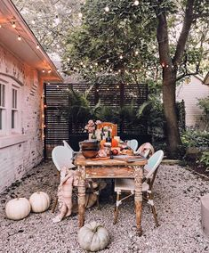 "Susan on Instagram: ""Want in on a little secret?! 🍂 We have an area on the side of our garage at our home now, just like we did at our last, and I CANNOT wait…"" Fall Dinner, Dinner Sets, Fall Home Decor, Autumn Home, Holiday Decor, Outdoor Food, Outdoor Decor, Outdoor Spaces, Outdoor Living"