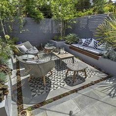 moderne Terrassengestaltung  trendige Einrichtungsideen gefliester Boden Outdoor-Set Sitzbank Zaun Sichtschutz